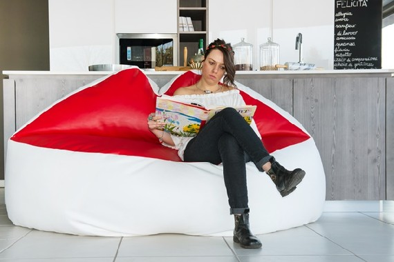 Two-seater sofa in the shape of kiss